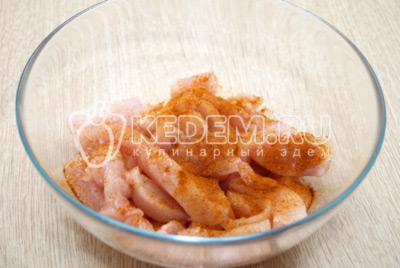 Куриное филе посолить и приправить красным молотым перцем.
