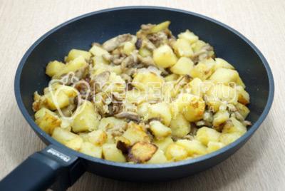 Маслята, жареные с картофелем на сковороде