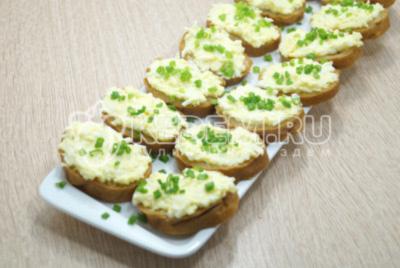 Бутерброды с красной икрой и плавленым сыром