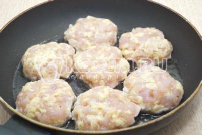 На сковороде разогреть 30 мл. растительного масла, сформировать котлетки и обжарить.