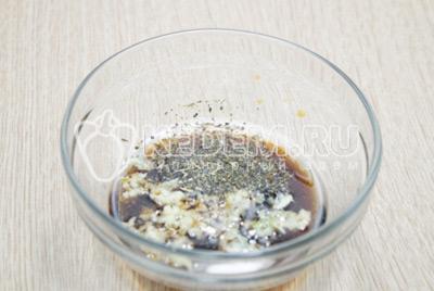 Добавить 3-4 прессованных зубчика чеснока и 1 ст. ложку прованских трав.