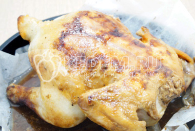 Запекать в разогретой до 180 градусов С духовке 30 минут, перевернуть курицу и готовить еще 30 минут.