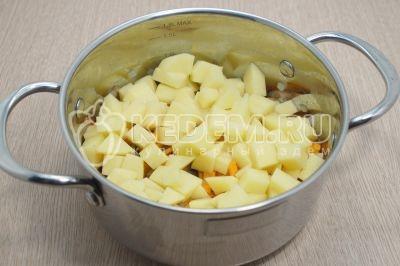 Добавить 2 картофелины нарезанные кубиками.