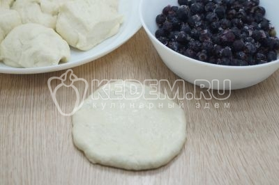 Жареные пирожки с ягодами на сковороде