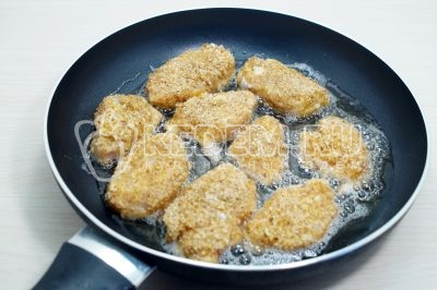 Выложить на сковороду с разогретым растительным маслом.