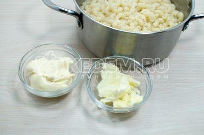 Горячие макароны вернуть в кастрюлю, добавить 30 грамм сливочного масла и 30 грамм плавленого сыра.