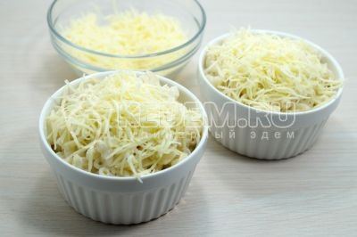 Натереть 100 г сыра и посыпать в сверху в каждую формочку и запечь в духовке при температуре 200 градусов С 10 минут.