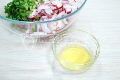 Посолить по вкусу и заправить 2 столовыми ложками растительного масла.
