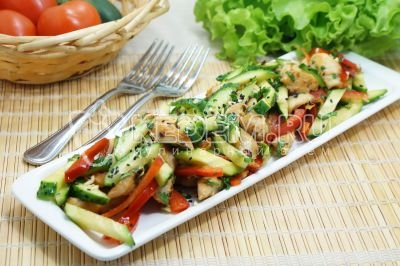 Салат с куриным филе и свежими овощами