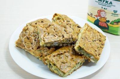 Весенний наливной пирог с зеленым луком и яйцами