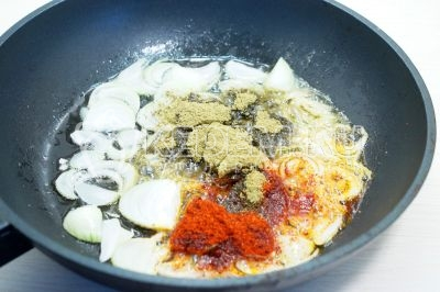 Добавить 1 столовую ложку приправы «хмели-сунели» и 1 чайную ложку паприки.