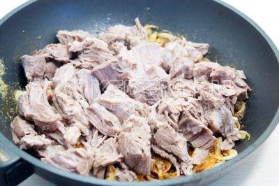 Добавить отварное мясо и готовить помешивая 2-3 минуты.