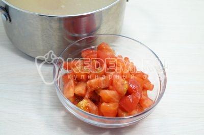 Добавить мелко нарезанные помидоры и готовить еще 5-7 минут.
