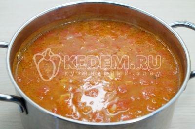 Доваривать суп на самом медленном огне. Добавить мясо с приправами и луком.