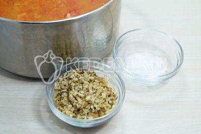Добавить мелко нарубленные обжаренные грецкие орехи и 1 чайную ложку соли.