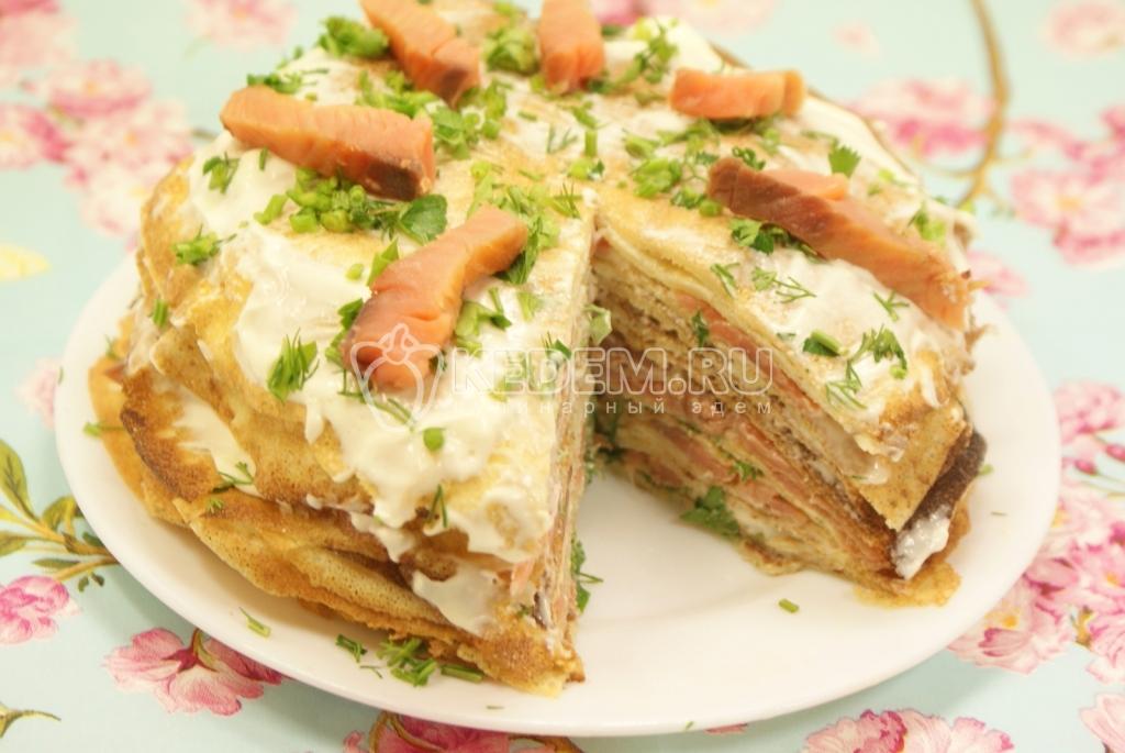 Блинный тортик. Кулинарный фото рецепт приготовления блинного торта с красной сырой и сыром с зеленью.