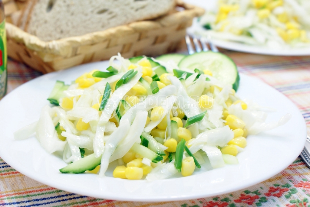 Рецепт салата со свежей капустой и кукурузой
