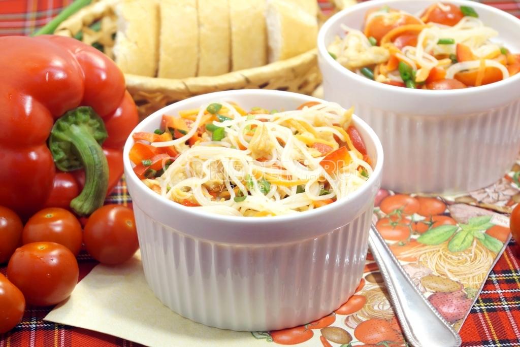Салат с курицей и фунчозой