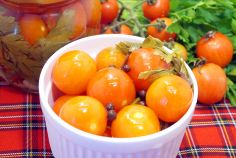 Маринованные помидоры черри с петрушкой