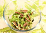 Салат из листьев салата – Рецепты салаты – Этот рецепт поможет Вам приготовить вкусный летний питательный салатик с зеленью. В ингредиенты салат входя листья салата, зелень, огурец, вареная колбаса, зеленый лук, укроп.  Фото рецепта