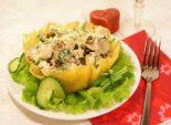 Салат «Влюбленность». Кулинарный фото рецепт приготовления салата в корзинке из сыра. Фото рецепта