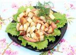 Салат «Сухарик». Кулинарный пошаговый рецепт с фотографиями приготовления салата с сухариками и копченой рыбой. Фото рецепта