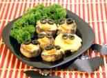 Грибочки от Лешего. Кулинарный пошаговый рецепт с фото приготовления закуски из шампиньонов и сыра на Хэллоуин.