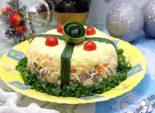 Салат «Подарочек». Пошаговый кулинарный рецепт с фотографиями приготовление слоеного салата на Новый год.