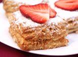 Слоёные пирожные «Мокрый наполеон». Пошаговый кулинарный рецепт с фотографиями приготовление пирожных из слоеного теста с масляным кремом и клубникой. Фото рецепта