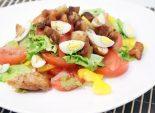 Салат с перепелиными яйцами. Пошаговый кулинарный рецепт с фотографиями приготовление салата с овощами, сухариками и перепелиными яйцами.