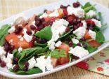 Пошаговый кулинарный рецепт приготовление салата из рукколы, сыром фета и гранатом.