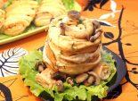 Салат «Трухлявый пень». Пошаговый кулинарный рецепт с фото приготовление салата с блинами на Хэллоуин. Фото рецепта