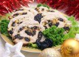 Куриный рулет с черносливом и сыром. Пошаговый кулинарный рецепт с фото приготовление куриного рулета с черносливом и сыром на новогодний стол. Фото рецепта