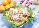 Салат «Новогодний сюрприз». Пошаговый кулинарный рецепт с фото приготовление салата с ветчиной, картофелем фри  и крабовыми палочками. Фото рецепта