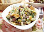 Салат с сухариками и фасолью «Рита»