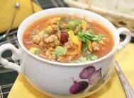 Мексиканский суп с фаршем, перчиками холопенью и мякотью помидоров