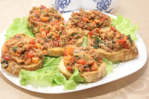 Бутерброды с фаршем и томатным соусом