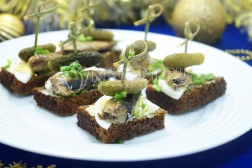 Бутерброды со шпротами «Праздничные» - рецепт