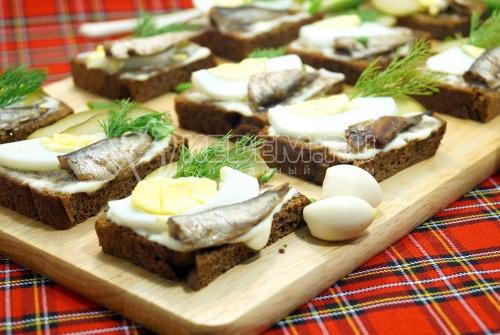 Бутерброды со шпротами - рецепт