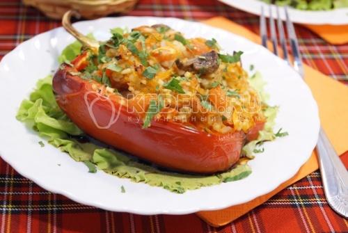 Фаршированные овощами и грибами перцы в духовке