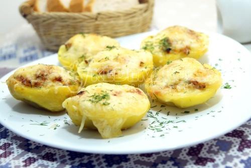 Фаршированный картофель с колбасой и сыром