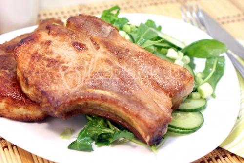 Филе на косточке с салатом  из огурцов