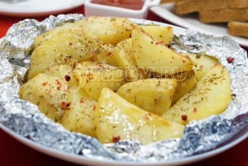 Картофель в фольге в духовке - рецепт