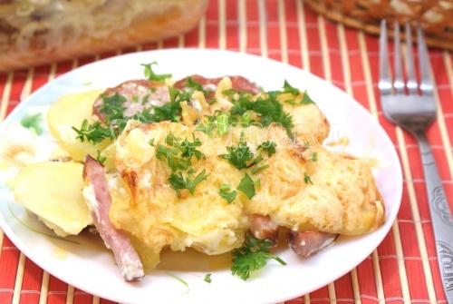 Картофель запеченный с салями и ветчиной