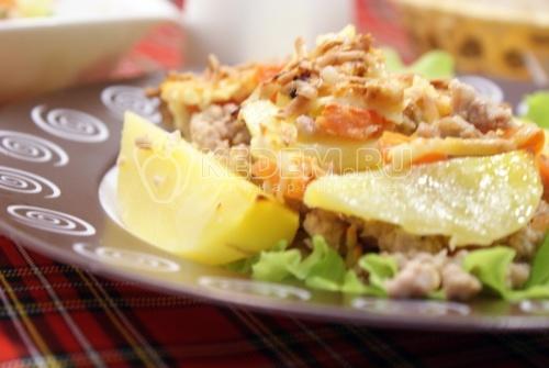 Картофельные дольки с фаршем и сыром