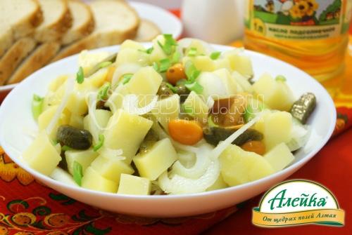 Картофельный салат с маринованными огурчиками, грибами и луком