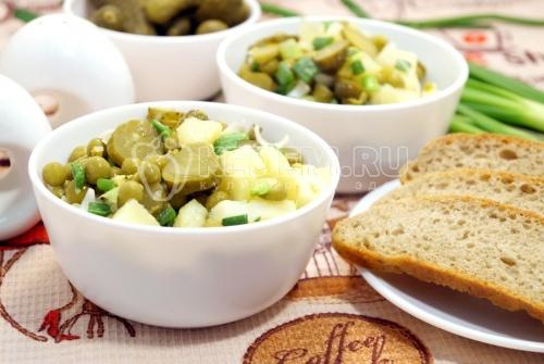 Картофельный салат с зелёным горошком