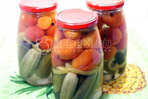 Консервированные огурцы с помидорами ассорти «Зимушка»