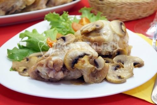 Куриные бедра в духовке с грибами - рецепт