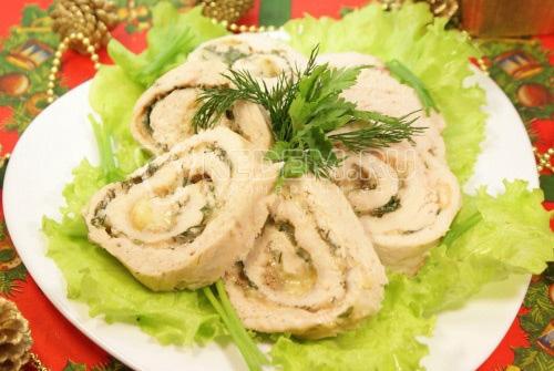 Куриный рулет с зеленью и сыром